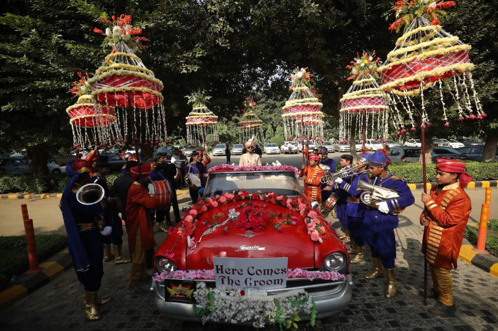 Granth's rocking entry in vintage car with baraat for his luxury Crowne Plaza Gurgaon Wedding