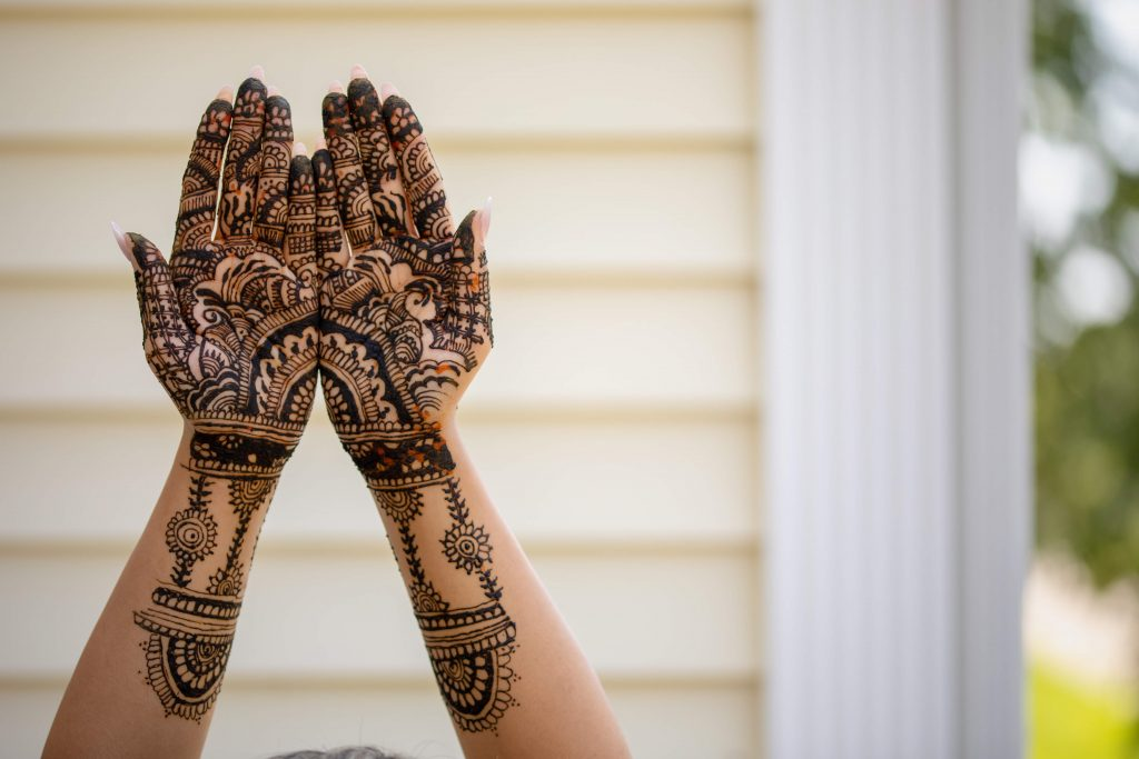 Beautiful pictiure of Vrunda's front hand mehendi design for her forest themed wedding in Boston