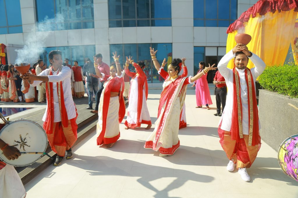 marwari mayra ceremony with bengali sarees and dhunuchi dance